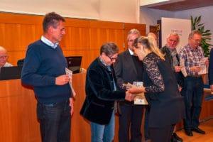 Kurt Steindl nimmt ein Diplom für den Fotoklub Leonding entgegen.