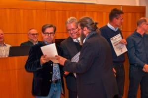 Ewald Schmelz überreicht schließlich noch ein drittes Diplom.