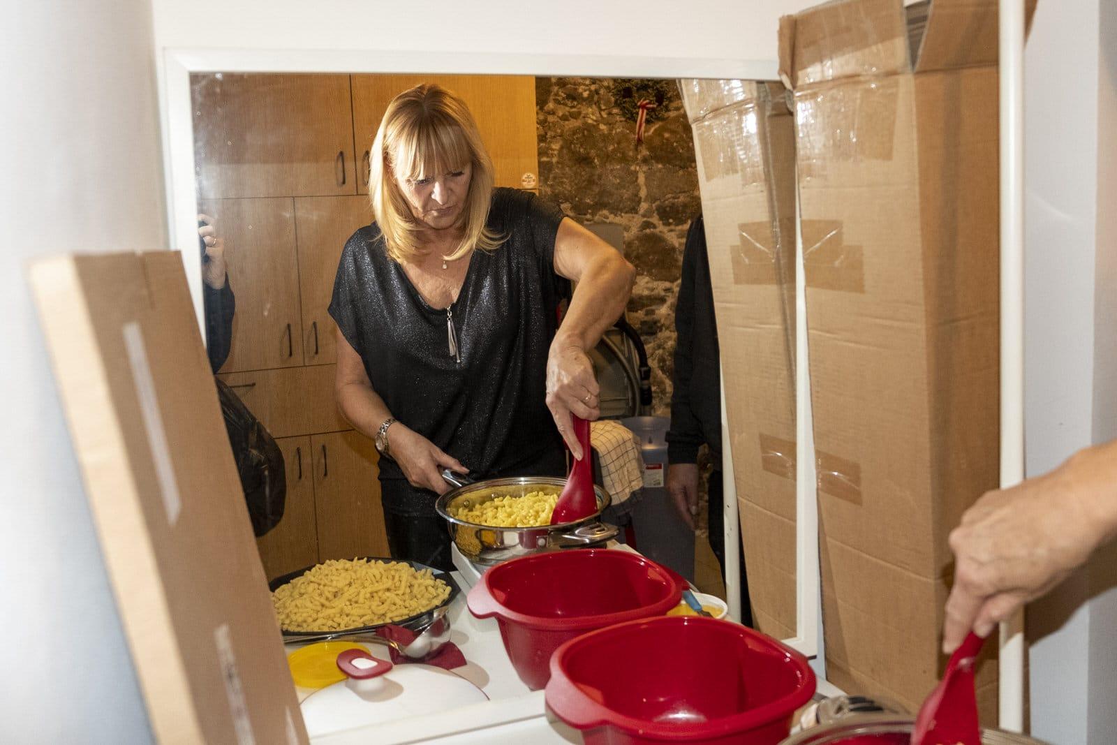 Annemarie macht Spätzle für das Gulasch